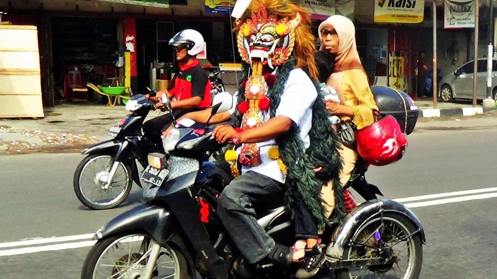 Keren dengan Kostum dalam Konvoi Roda Tiga